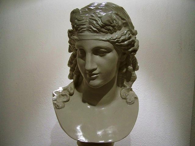female-bust-836555_640