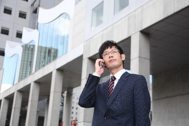 電話を掛けるビジネスマン